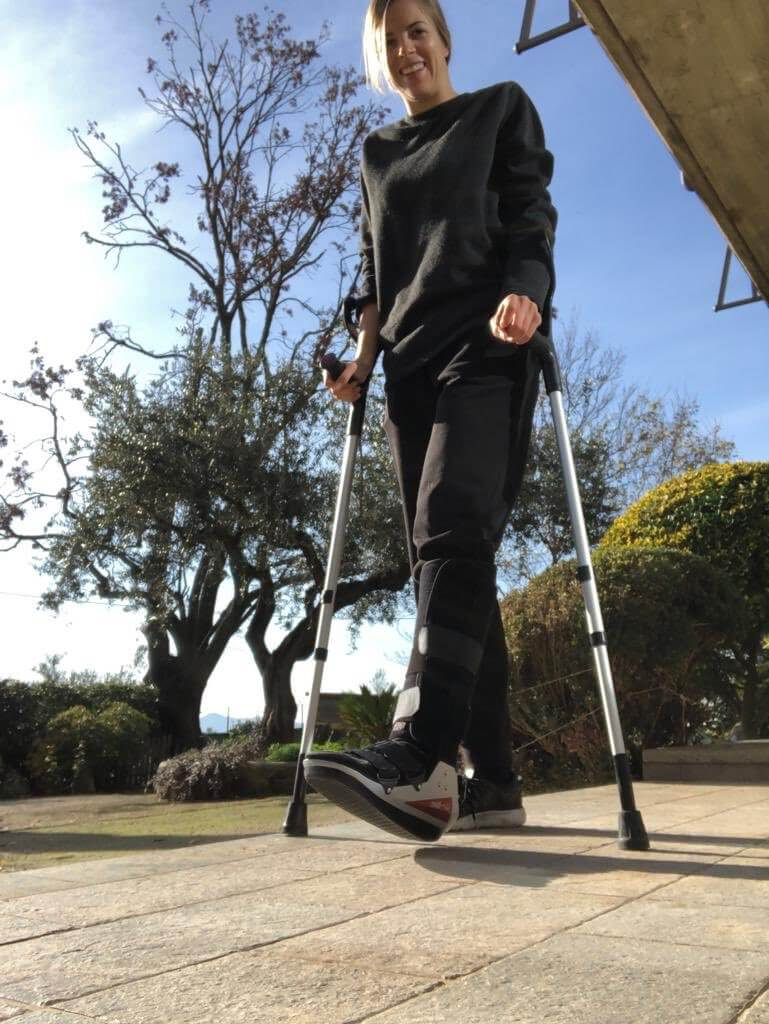 コストナーが階段から落ちて左足を負傷。松葉杖姿の写真がアップされる!
