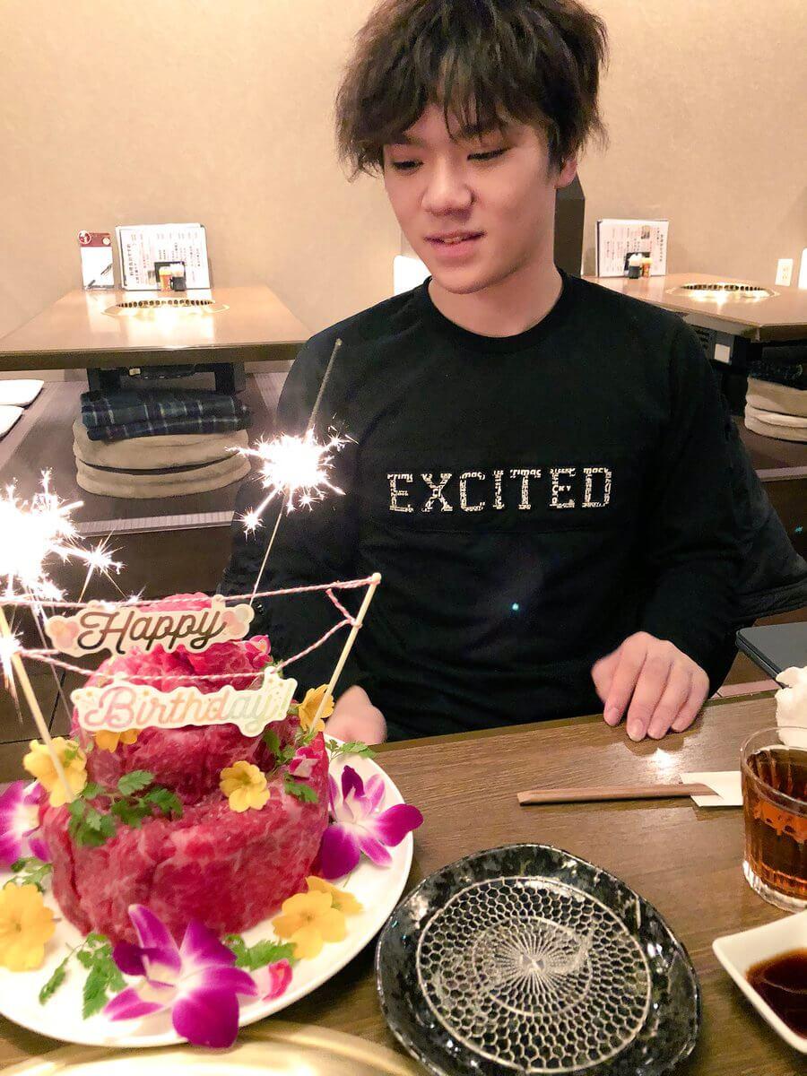 宇野昌磨が弟から肉ケーキでお祝い!→凄いwww
