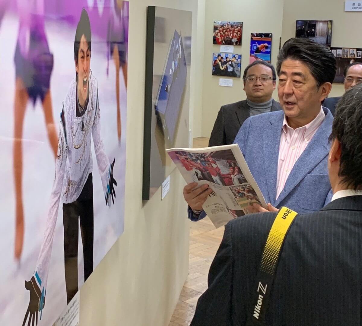 安倍総理が「報道写真展2018」に! 羽生結弦と
