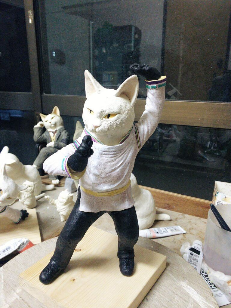 猫の陶芸にSEIMEIの衣装を着てる!