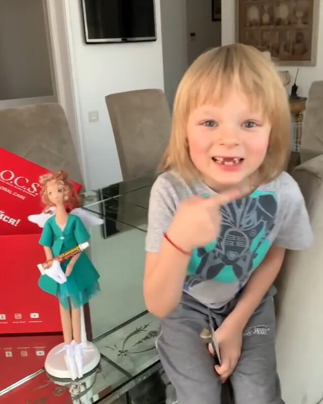 サーシャ君「先日ぼくのところに歯の妖精が飛んできて、2本の歯のための素晴らしい贈り物を残していきました。」