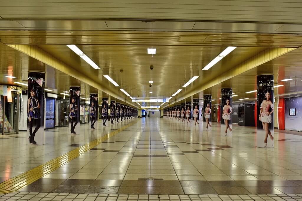 新宿駅がザギトワとメドベージェワのまどマギ広告でジャックされてる!
