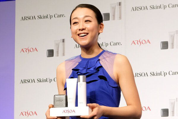 「アルソア スキンケア」新製品発表会に浅田真央が登場!特別な装飾が施されたシューズを贈呈!