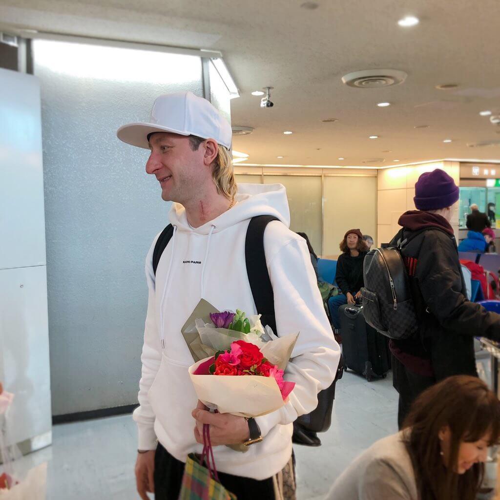 プルシェンコファミリーが日本に到着!花束貰ってる!