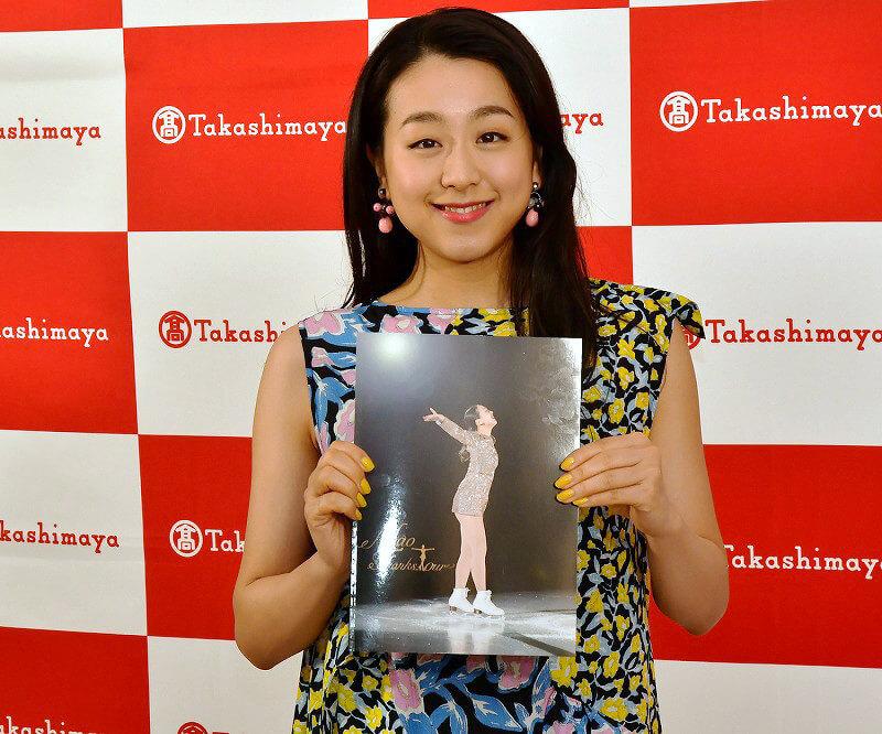 浅田真央が自らの衣装などを集めた展覧会「美しき氷上の妖精」にサプライズ登場!