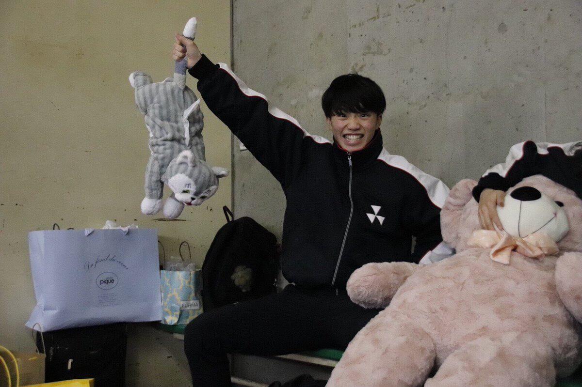同志社大学フィギュアスケート部の友野一希が可愛いと話題にwww 猫つかんでるwww