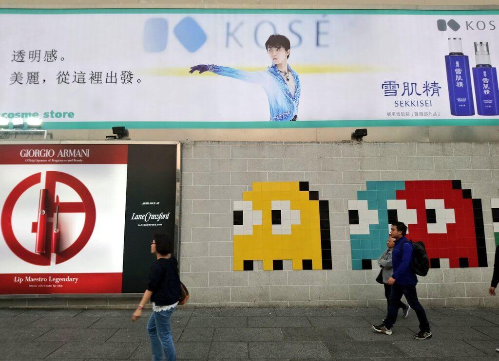 香港に雪肌精羽生結弦の巨大看板が!!中国語のかっこいいポスターもある。欲しい・・・!