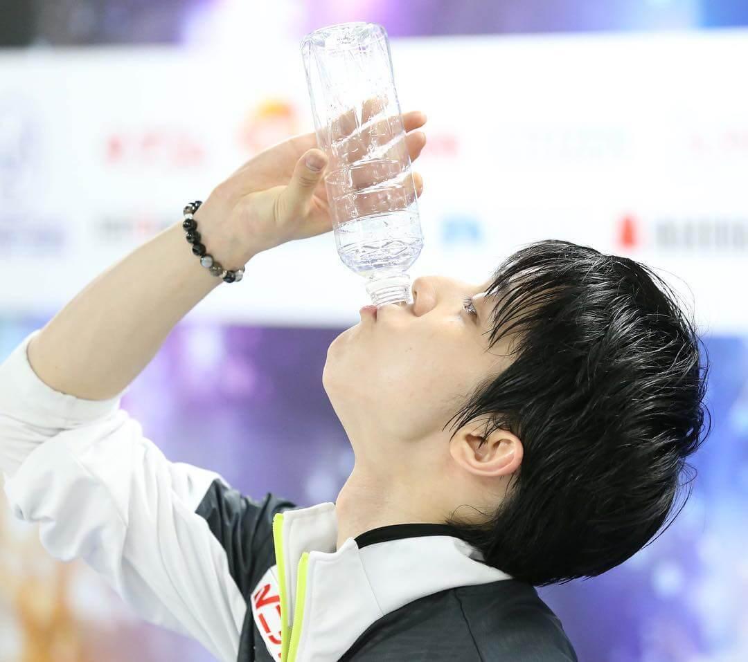 羽生結弦の飲み物飲んでるシリーズ!w みんなはどの飲み方が好き?