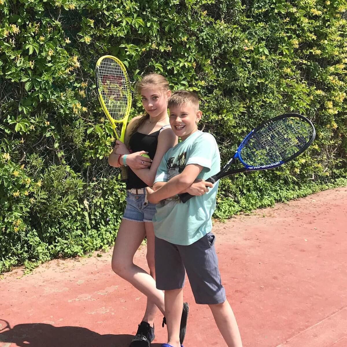 コストルナヤが弟とテニスをしている写真を公開!