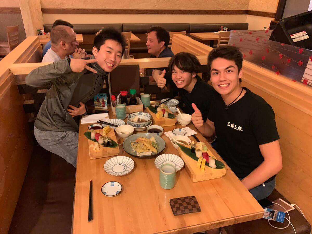 【画像有】カムデン・プルキネンが友野一希、樋渡知樹と寿司を食べてる!!