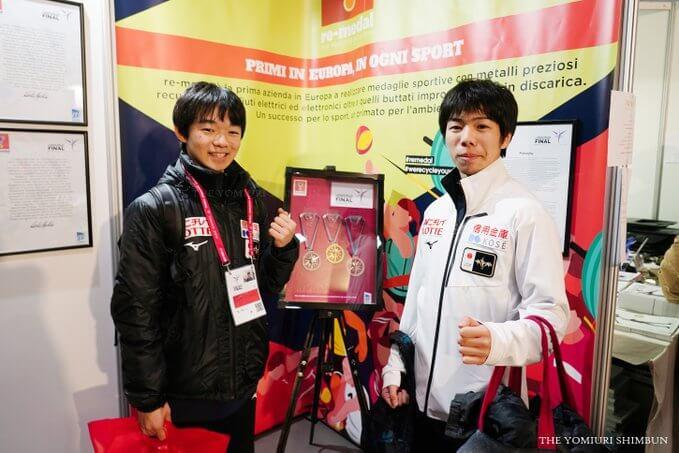 会場の展示スペースでメダルを見つめる 鍵山優真 と 佐藤駿 の姿が … このメダルを持つ彼らの姿が表彰台で見られるか!?