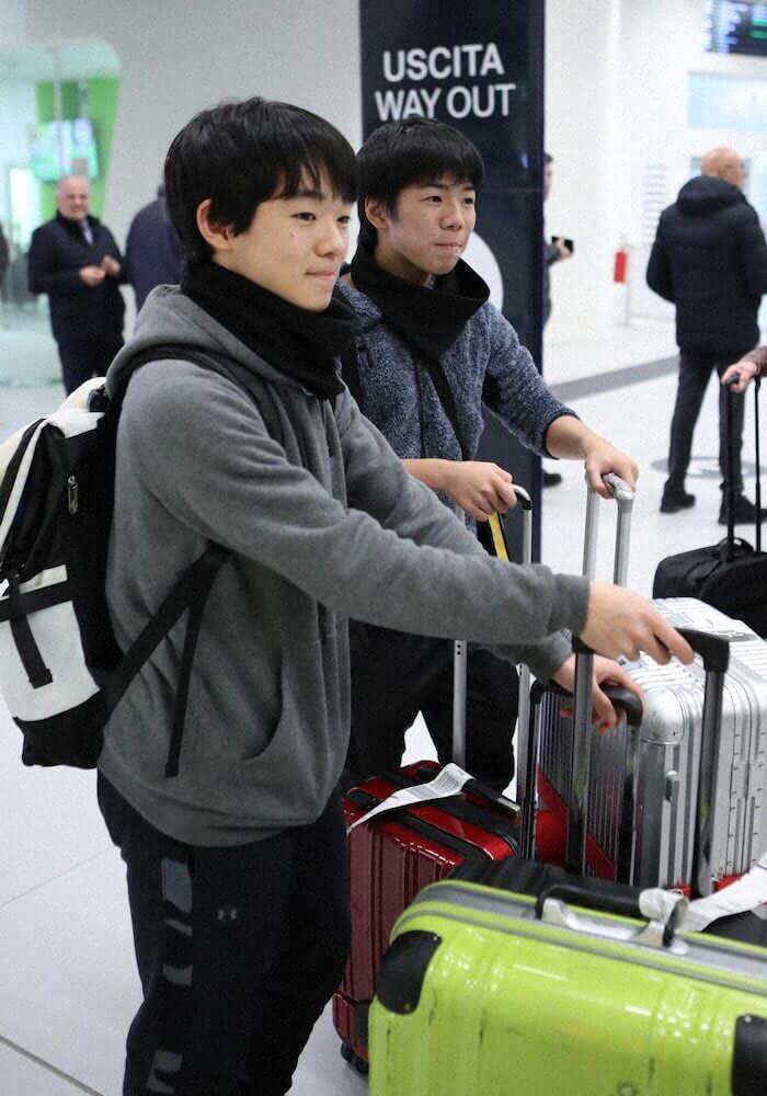 ジュニアグランプリファイナル トリノ空港に到着した 鍵山優真 と 佐藤駿