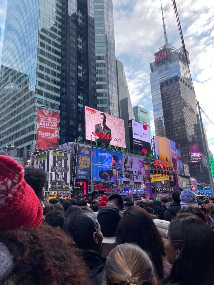 ニューヨーク タイムズスクエアの新年カウントダウン 羽生結弦 が映し出された瞬間の写真が「絵画みたい」と話題に!