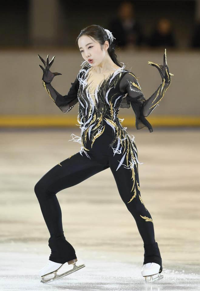 本田真凜が妖艶な衣装で魅了 パンツスタイルでワイルド演技!