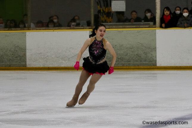 シーズン終盤、早大スケーターたちがバレンタインカップで演技!  …東真子選手 、羽生結弦選手がやるような、脚を「へ」の字にする振り付けがありました…あれは結構難しくて、勢いをつけると転ぶので先生にやめなさい!と言われて(笑)。…