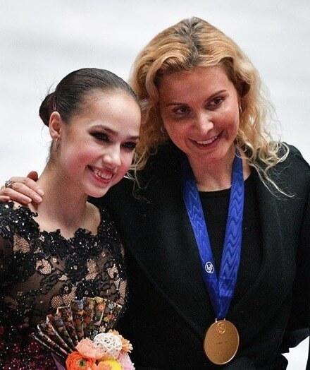 """アリーナ・ザギトワ、コーチの誕生日を""""思い出2ショット""""で祝福!  …「二人とも美しい」「最高のチームだ」…"""