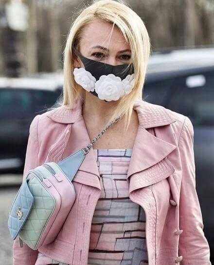 プルシェンコの妻で司会者のヤナ・ルドコフスカヤ、シャネルの象徴 カメリアの花を3つつけたマスクをつけて現れ話題に!  …パリコレで行なわれたシャネルのファッションショーで…