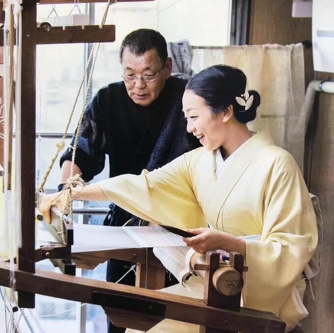 浅田真央さん、とってもお似合いで素敵です!  …身に付けていらっしゃる髪飾り。桝屋髙尾さんの美しい糸を素材に制作いたしました。…