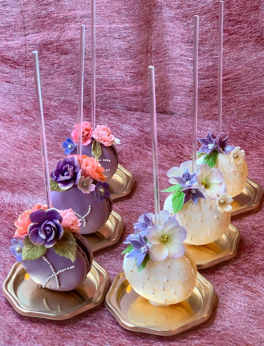 """羽生結弦ファン作、「Origin 」「SEIMEI」の""""マカロンデコレーション""""が注目を集める!  … オリジンは紫と赤のバラで…SEIMEIは桔梗とトルコ桔梗と萌黄色の葉で…"""
