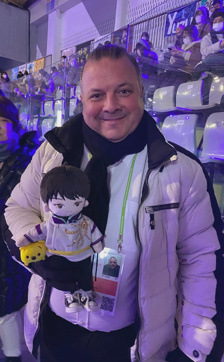ブリコーチがセイメイ羽生人形と一緒に写ってる画像、誰か持ってない?