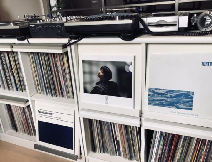報知さんの羽生さん写真集、レコード棚になじんでる!  …「違和感ないw」「ソロデビュー」…