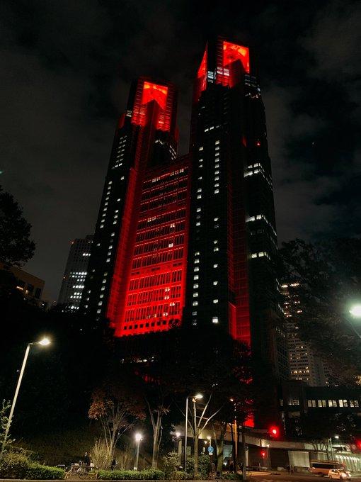 都庁の赤いライトアップ怖い!  …「マ~スカレイ~」「そう思えば怖さも無くなる」…