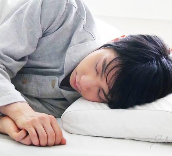 そーっと枕の下に自分の腕を潜らす!  …「毎日目が覚めたら」「この顔が横にいるとか寿命縮む」…