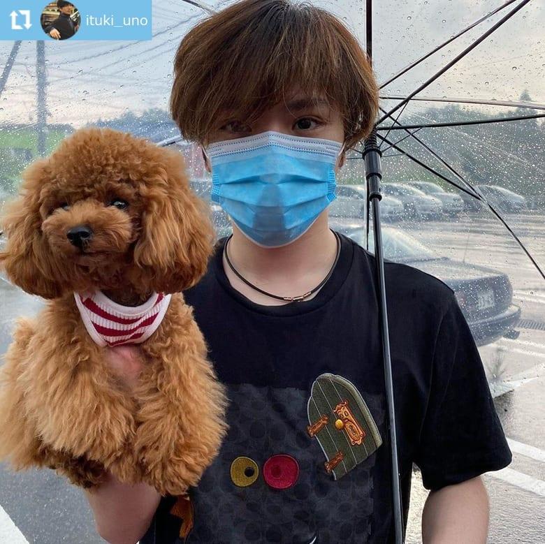 宇野昌磨、愛犬片手のオシャレブランドTシャツ姿!  …「安定の可愛さ」「お宝写真」…