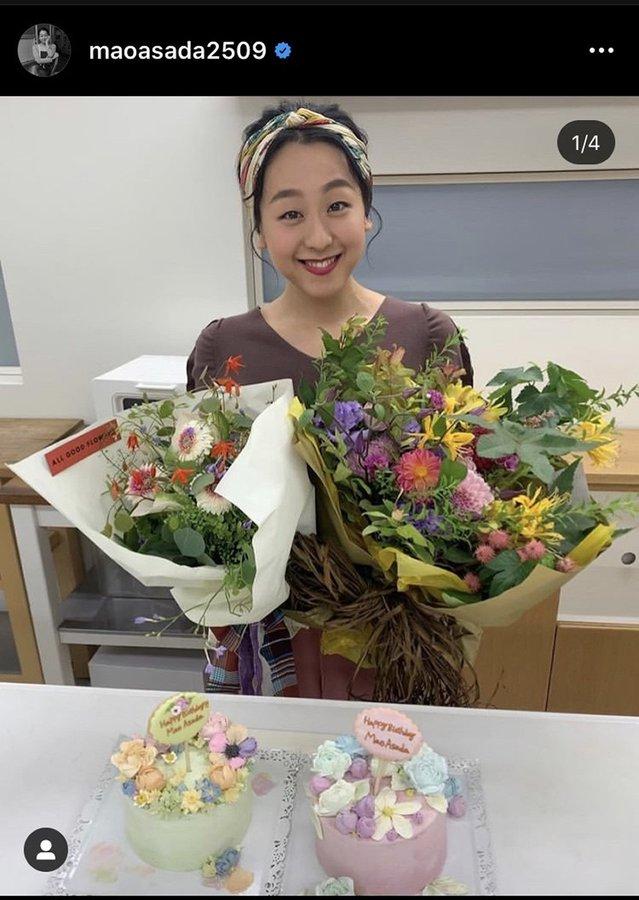 浅田真央さんが30歳バースデーを報告!  …両手に花束、ケーキに囲まれて笑顔…