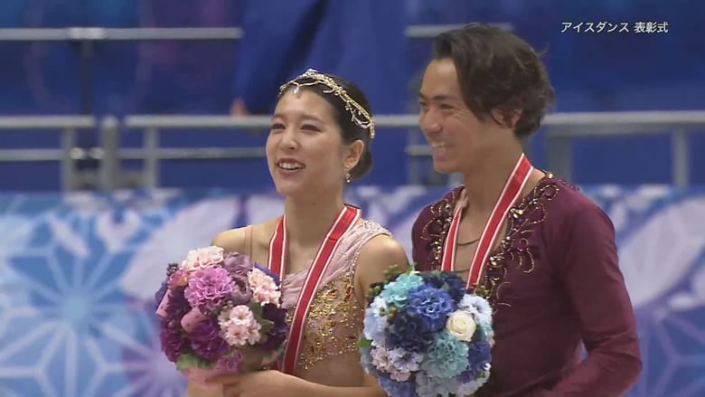 【デビュー戦で銅メダル】お互いに笑顔でメダルをかけ合う
