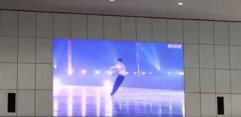 日本科学未来館「震災と未来展」 会場外の大画面で 羽生結弦 の「花は咲く」が上映!