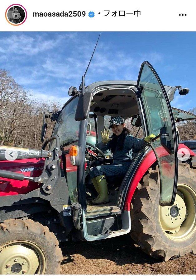 浅田真央さん、畑でトラクターに乗る最新ショットを公開「カッコいい農ガール」「夢の一歩」