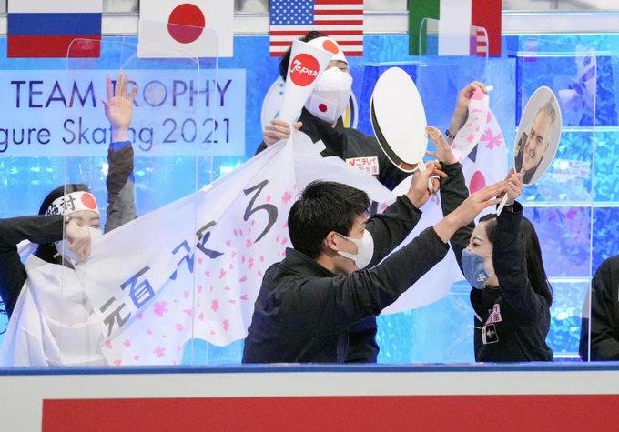 【映像あり】日本は3位 羽生は日の丸ハチマキで全力応援! フィギュア国別対抗戦