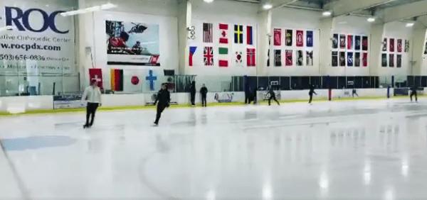 【動画】Oregon Skating Council FB「生徒さんに教えながらスイスイ滑るネイサンかっこいい」