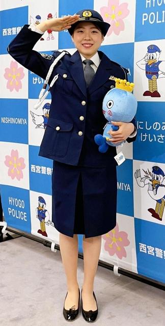 紀平梨花さん女性警官姿に 交通安全の撮影でニッコリ