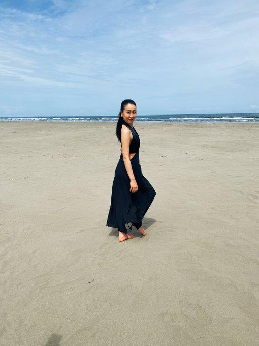 浅田真央さん…住友生命ブランドパートナー…オフショット特別公開!  〜広大な空・海・砂浜にクールな衣装の真央さんがとても素敵です〜