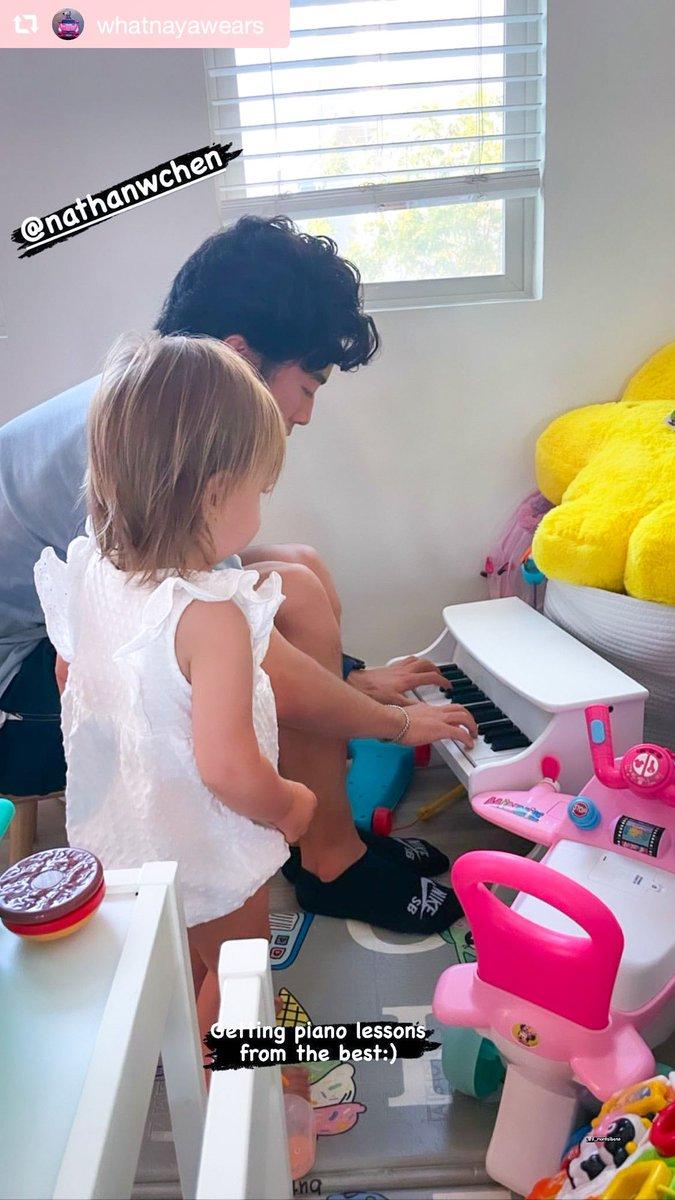 【画像】ネイサン・チェン、ミハル・ブレジナ選手の娘 ローズちゃんとオモチャのピアノを弾いて遊ぶ写真が公開!