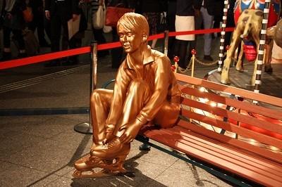 【画像】等身大はイマイチ「銅像スタイル悪すぎる」「本人がスタイル良すぎるから」