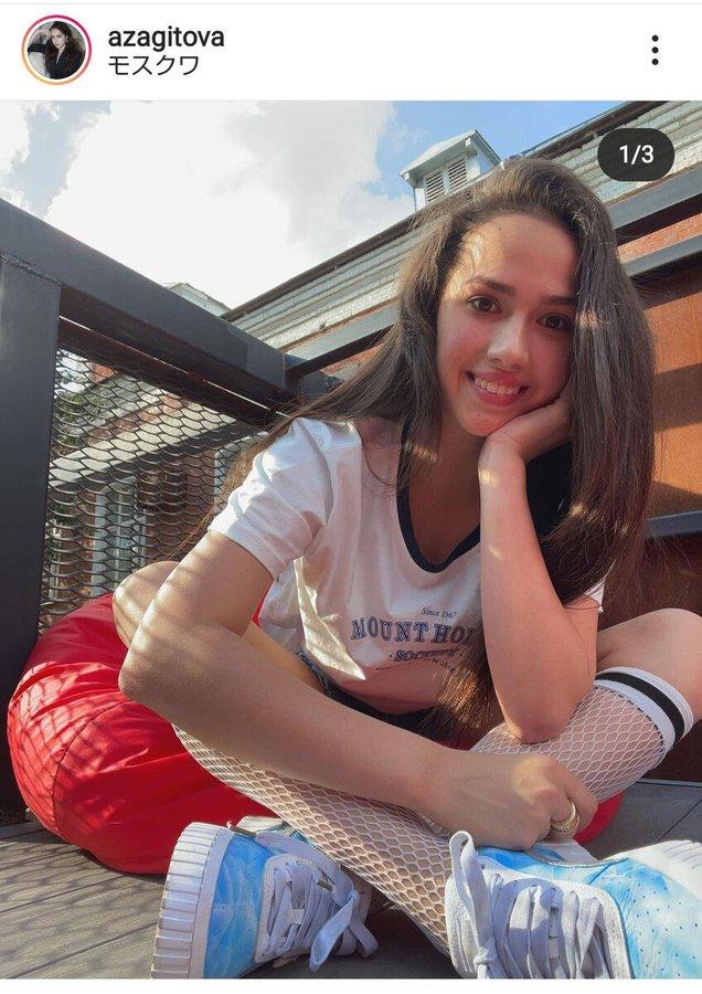 【画像】ザギトワ、ショーパン&網タイツ風ソックスで日光浴する姿「五輪の女王」「美しい」