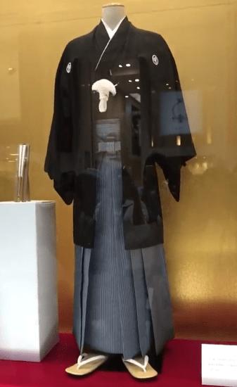 羽生家の地元への信頼「藤崎のショーウィンドウに結弦君着用の紋付袴一式展示されていた。大切なものを地元のお店に託す。」