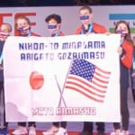 アメリカチームがバナーで「日本の皆様、ありがとうございます。またあいましょう」